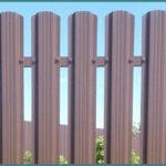 Описание и цена металлического штакетника для забора в Леруа Мерлен